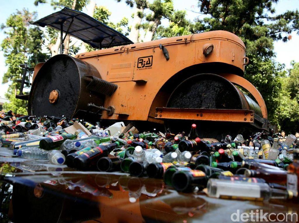 Ribuan Botol Miras Dimusnahkan Polda Metro Jaya
