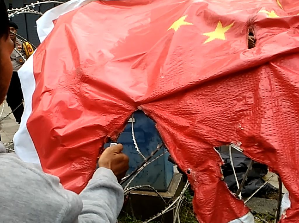 Massa Bela Uighur Bakar Bendera China di Depan Kedubes!