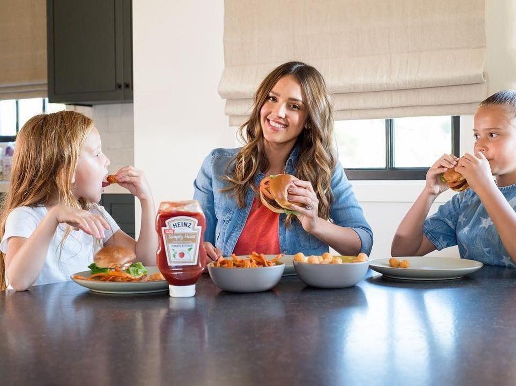 Momen Manis Jessica Alba Saat Kulineran Bareng Keluarganya