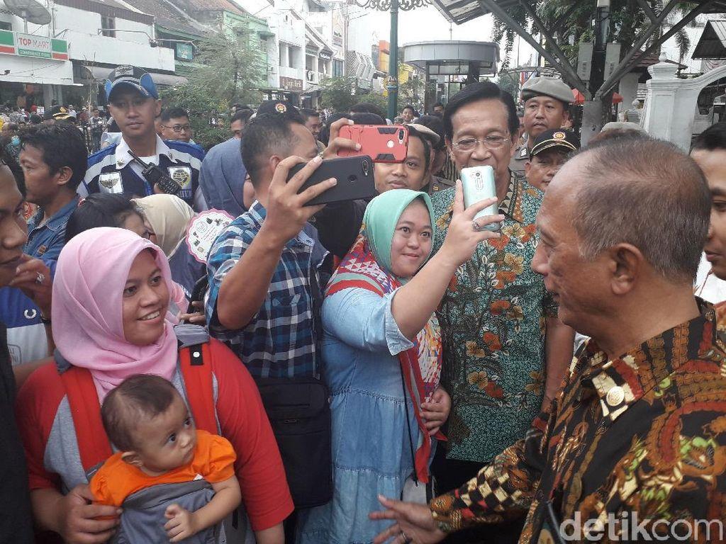 Di Malioboro, Sultan HB X Jadi Rebutan Diajak Selfie