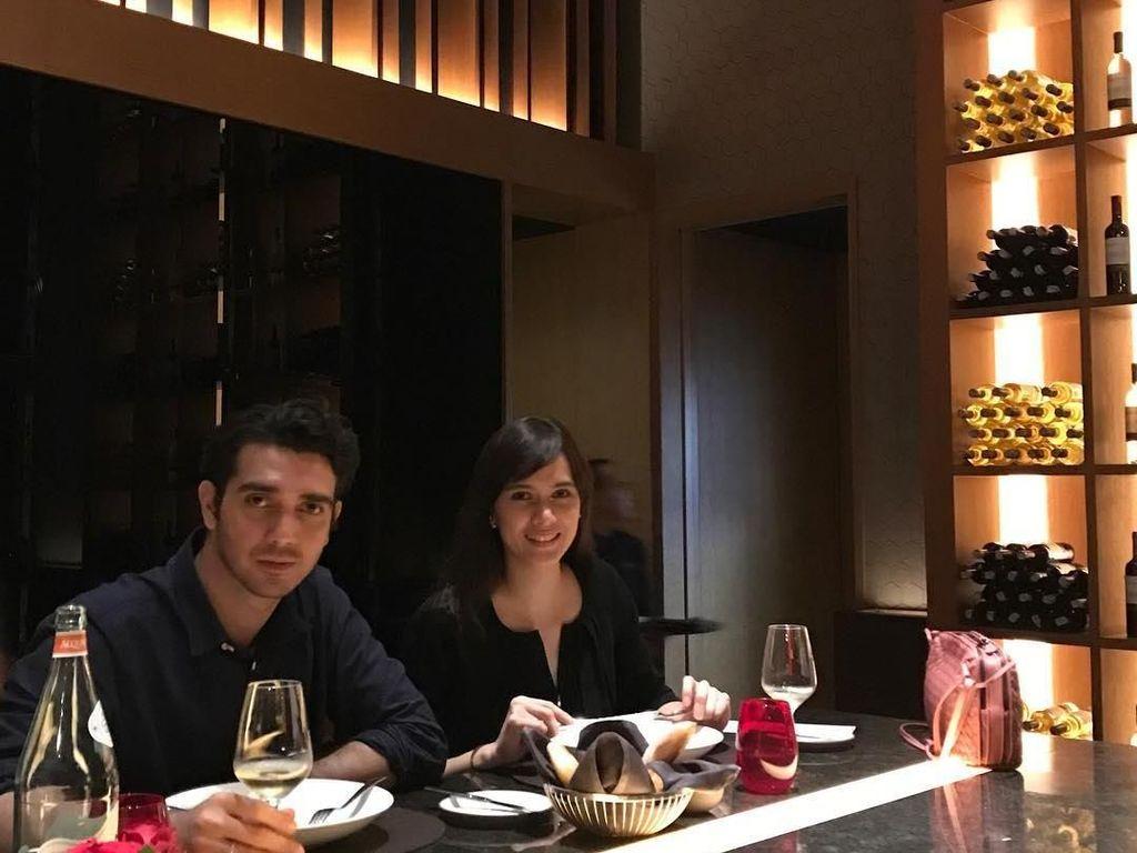 Momen Romantis Renata Kusmanto Saat Makan Malam Bersama Fachri Albar