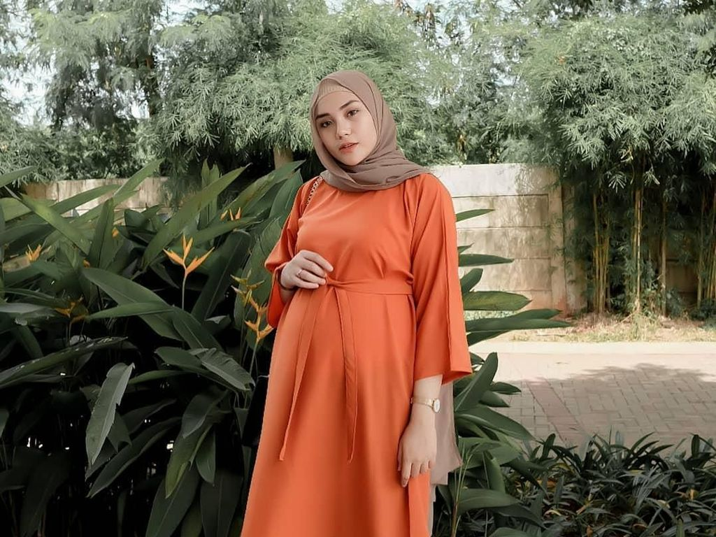 Gaya Bumil Cantik Ranie Karlina, Youtuber Ahli Hijab Tutorial