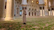 Pakai Gamis, Sergio Ramos Masuk Masjid Terindah Sedunia