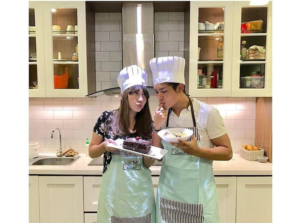 Romantisnya Randy Martin Saat Makan dan Buat Kue Bareng Kekasih