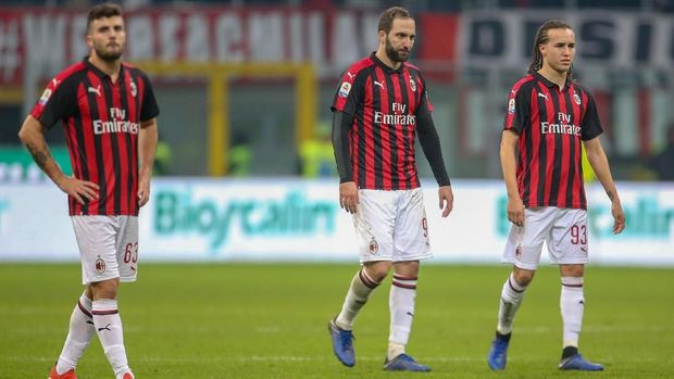 MILAN, ITALY - DECEMBER 22:  (L-R) Patrick Cutrone, Gonzalo Higuain and Diego Laxalt of AC Milan show their dejection during the Serie A match between AC Milan and ACF Fiorentina at Stadio Giuseppe Meazza on December 22, 2018 in Milan, Italy.  (Photo by Getty Images/Getty Images)