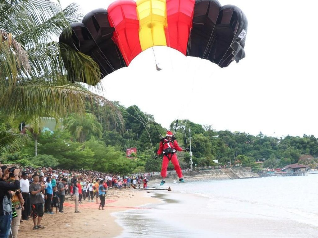 Kala Puluhan Sinterklas Terjun Payung dari Langit Jayapura