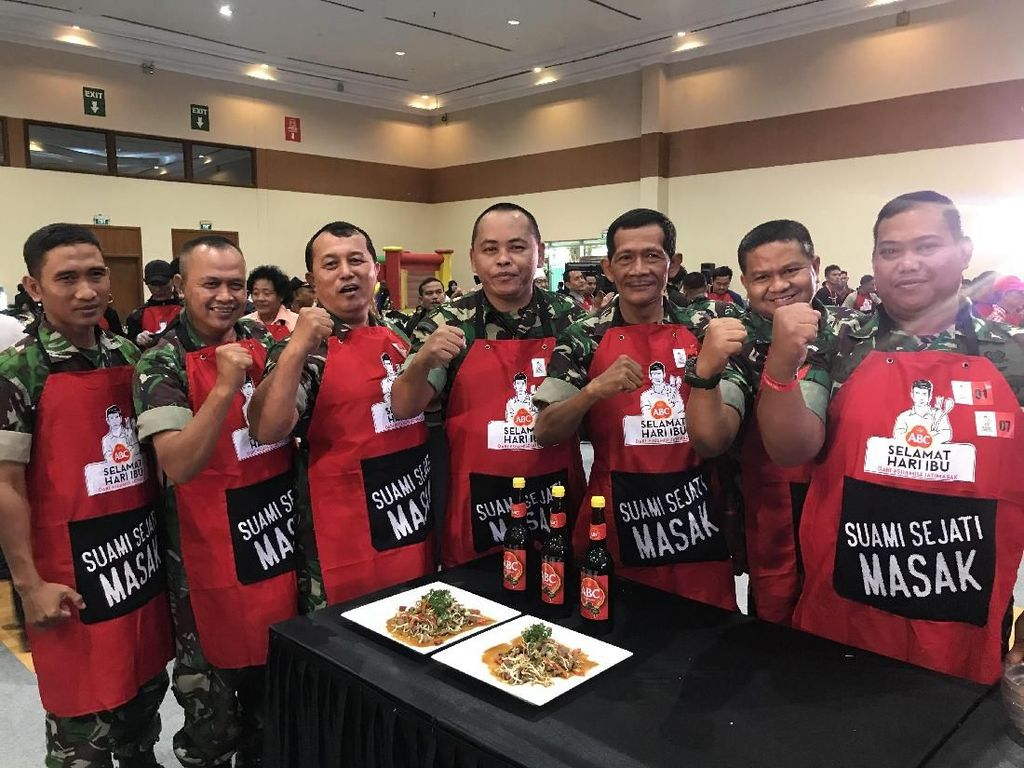So Sweet! Anggota TNI Masak Sekaligus Suapi Sang Istri di Hari Ibu