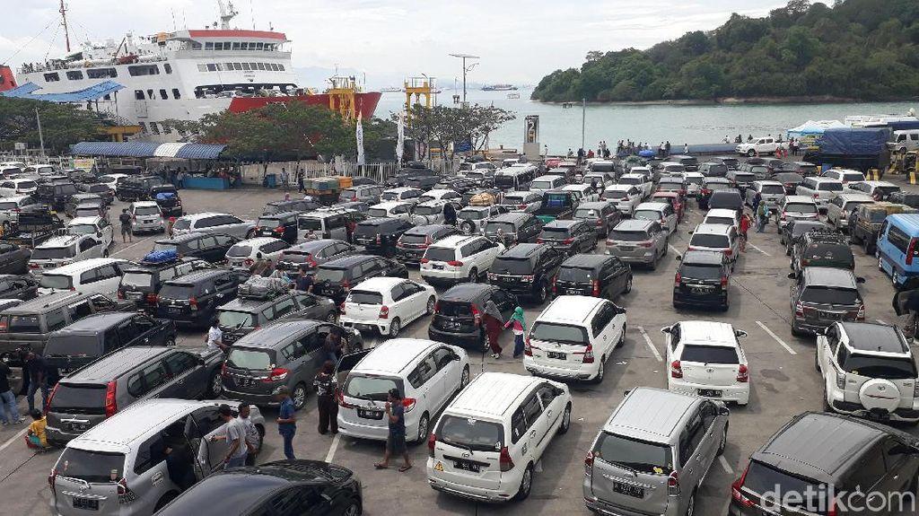 Libur Nataru, Merak Dipadati Kendaraan
