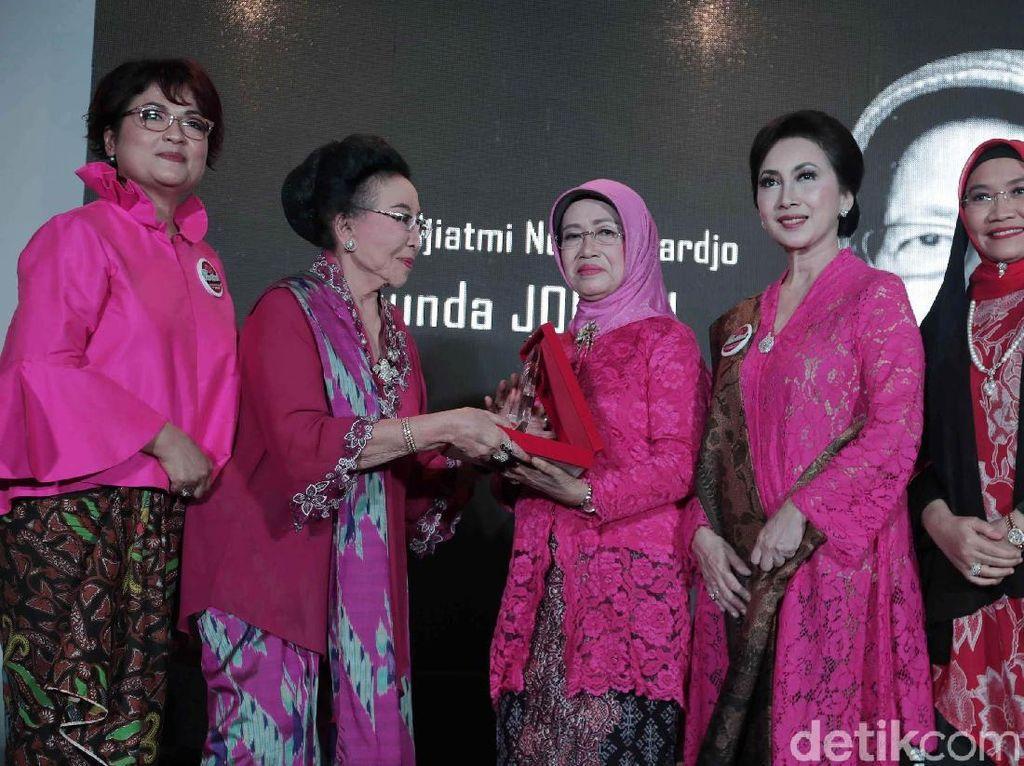 Ibunda Jokowi Terima Penghargaan Perempuan Tangguh