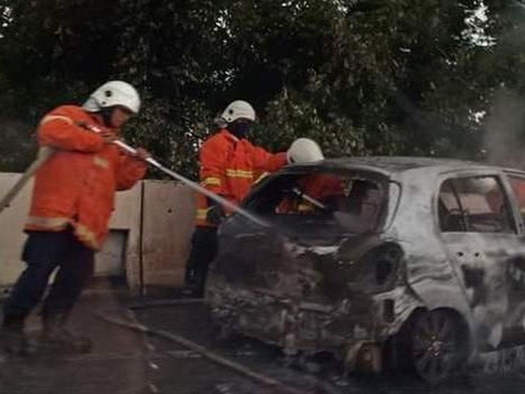 Mobil Terbakar di Tol Juanda-Waru, Dua Penumpang Selamat