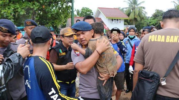 Bocah korban tsunami diselamatkan di Carita /
