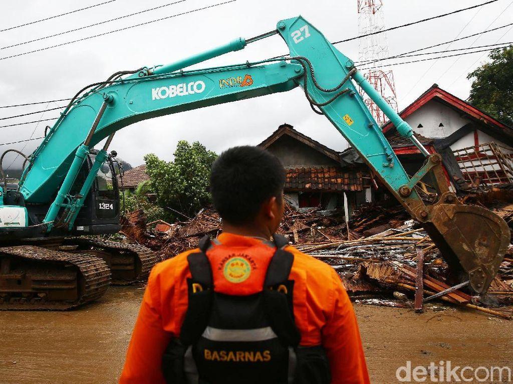 Alat Berat Diturunkan di Lokasi Terdampak Tsunami Anyer