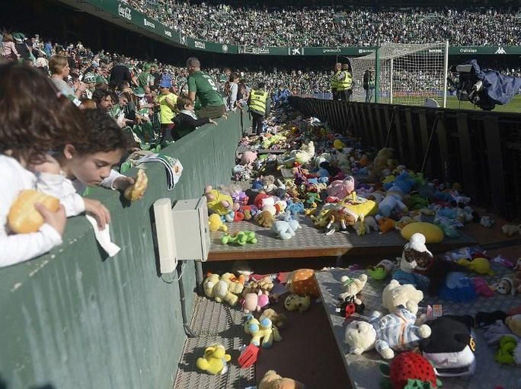 Ribuan Fans Real Betis Lempar Mainan ke Dalam Lapangan