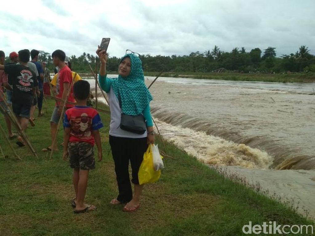 Banjir di Jember Jadi Lokasi Swafoto, Warga: Daripada Stres