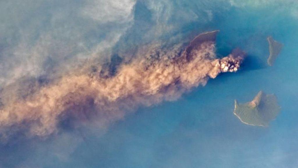 Melongok Wajah Anak Krakatau dari Antariksa