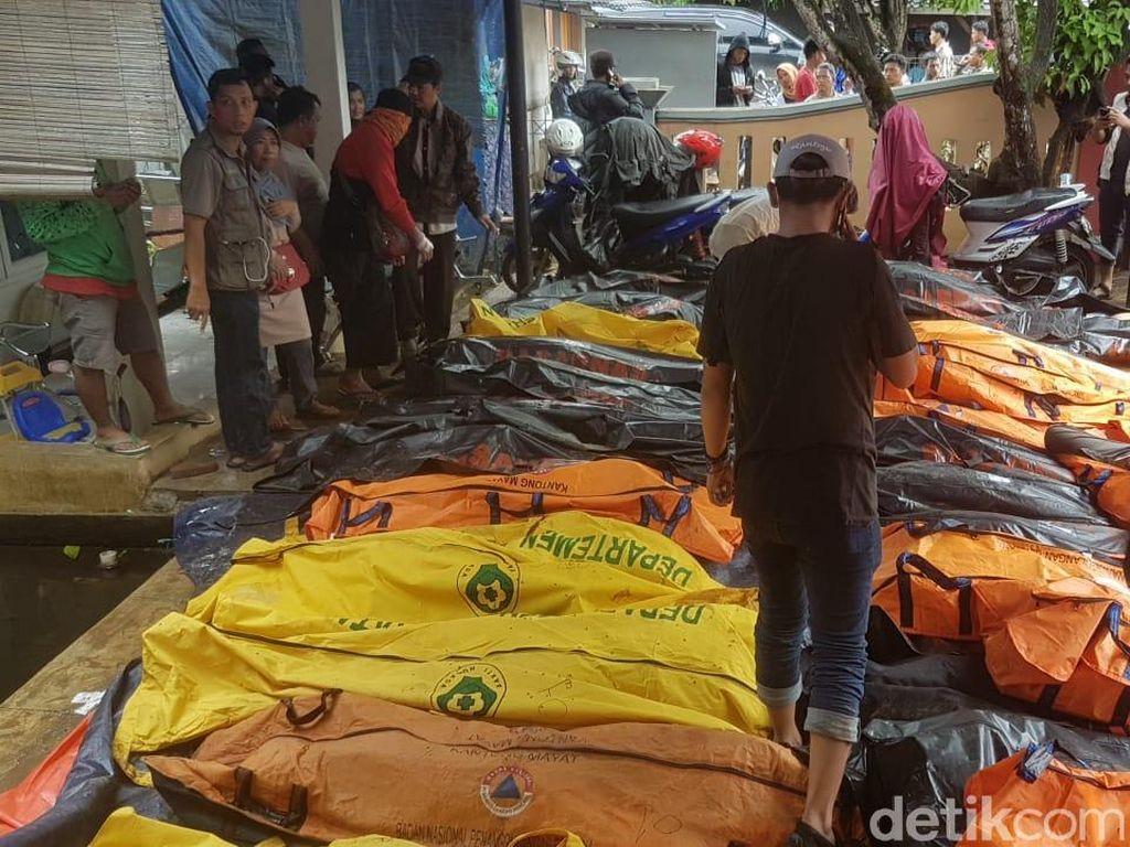 Bikin Pilu! Kantong Mayat Korban Tsunami Berderet di Puskesmas Carita