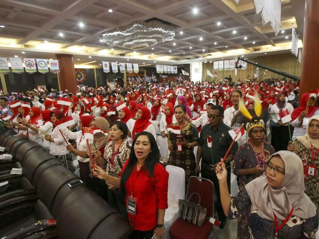 Rieke Diah Pitaloka Pimpin Rapat Akbar Ribuan Buruh