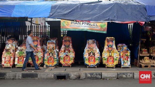 Parsel-parsel yang dijual oleh beberapa toko yang berada di depan Stasiun Cikini pada Minggu (23/12/2018). Tidak hanya makanan ringan tetapi ada juga parsel yang berisi piring dan gelas keramik. CNN Indonesia/Harvey Darian