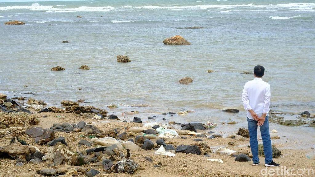 Potret Jokowi di Bibir Pantai Selat Sunda Pasca Terjangan Tsunami