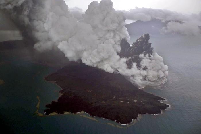 Erupsi Gunung Anak Krakatau. Foto: Antara Foto