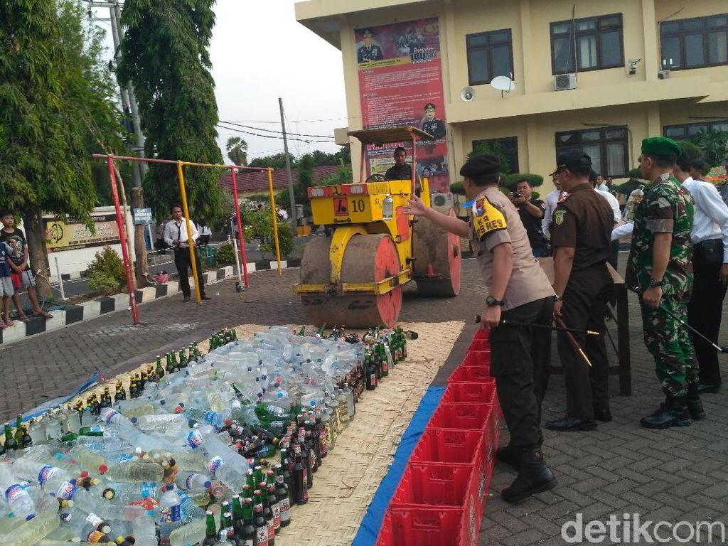 Polisi Situbondo Simulasi Pengamanan Gereja dan Musnahkan Miras