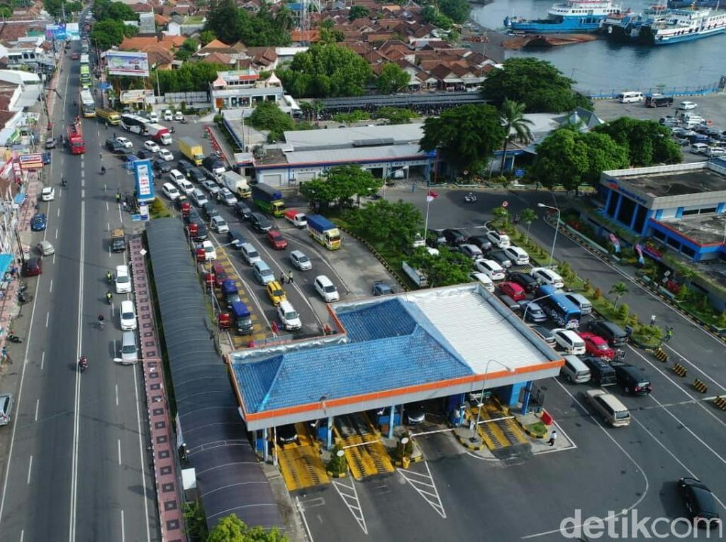 Jumlah Penumpang dan Kendaraan di Pelabuhan Ketapang Melonjak