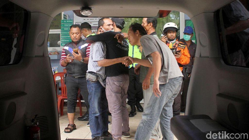 Haru, Saat Keluarga Jemput Korban Meninggal Tsunami Anyer
