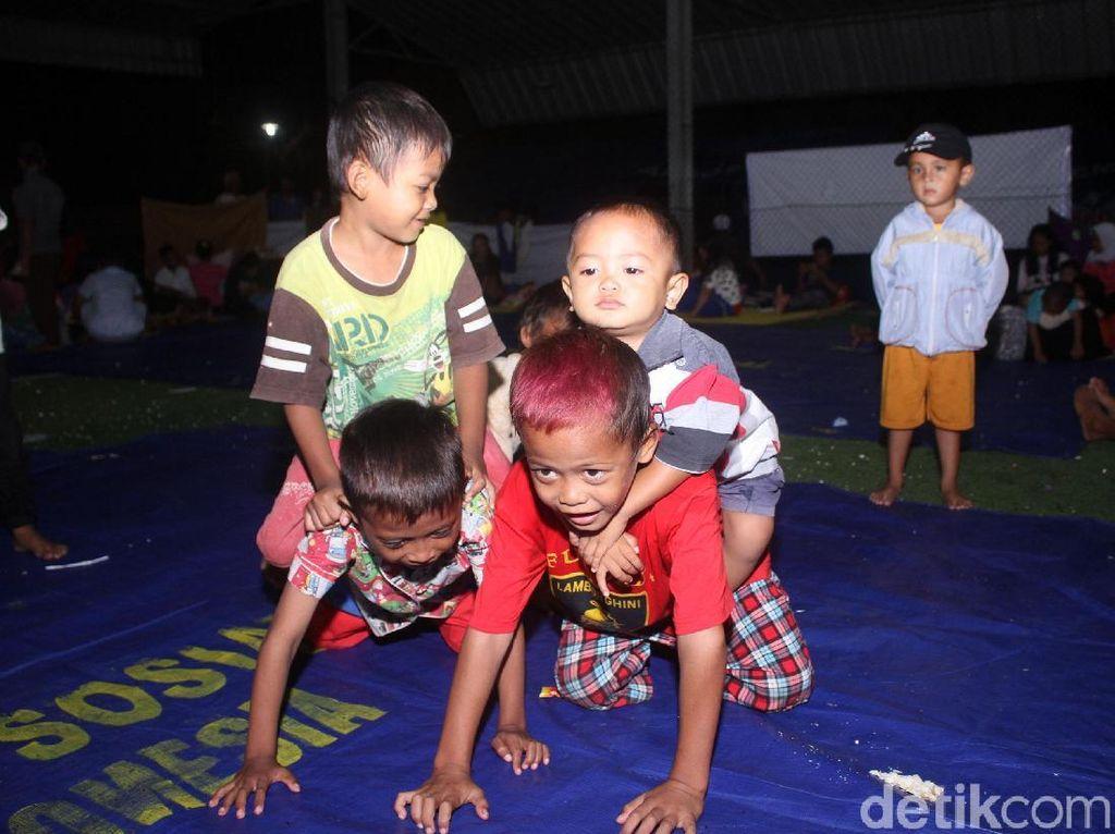 Melihat Kondisi Anak-anak Korban Tsunami di Pengungsian