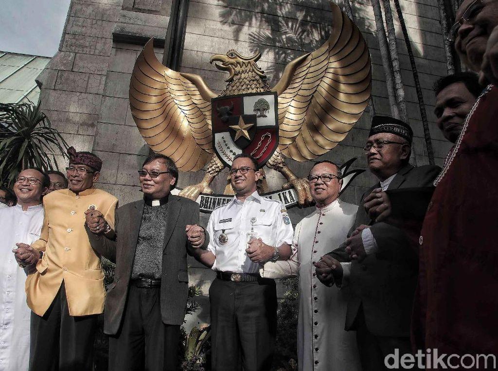 Berbaju Dinas, Anies Baswedan Kunjungi Gereja Katedral