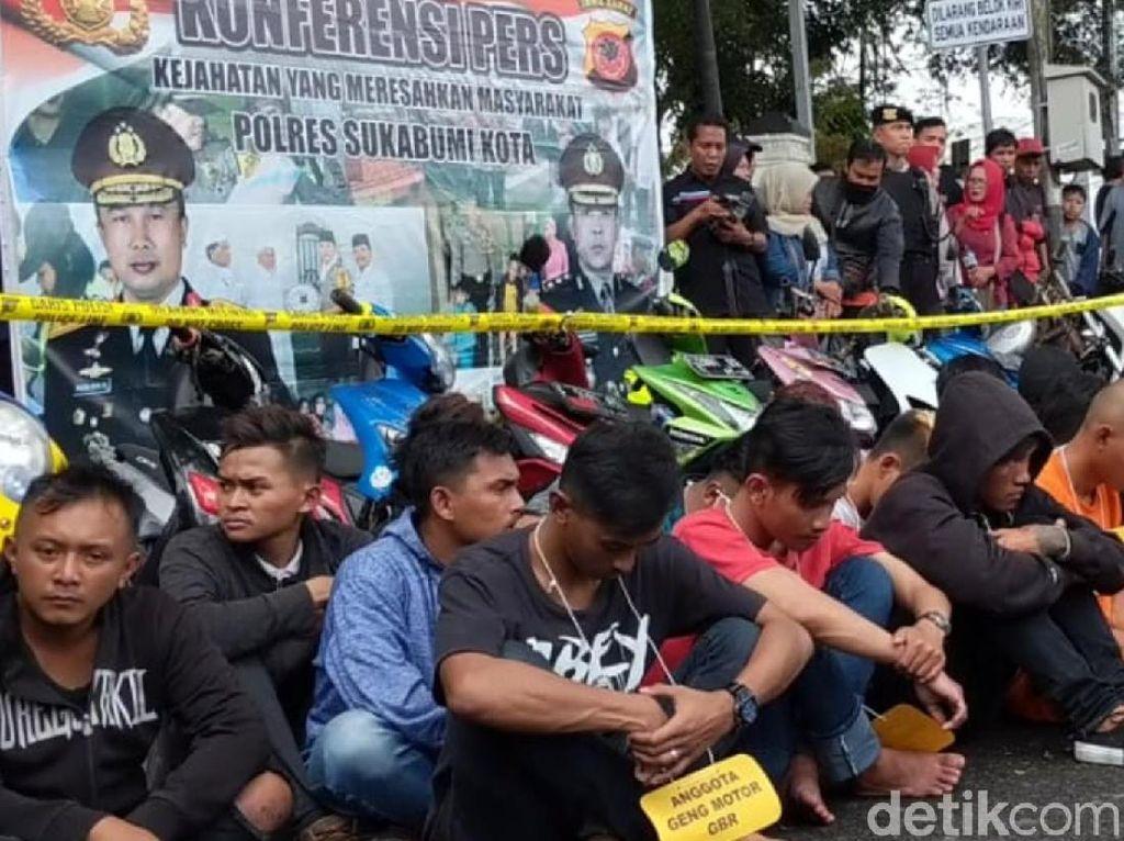 Buat Onar, 33 Geng Motor Dijemur Polisi di Tugu Adipura Sukabumi
