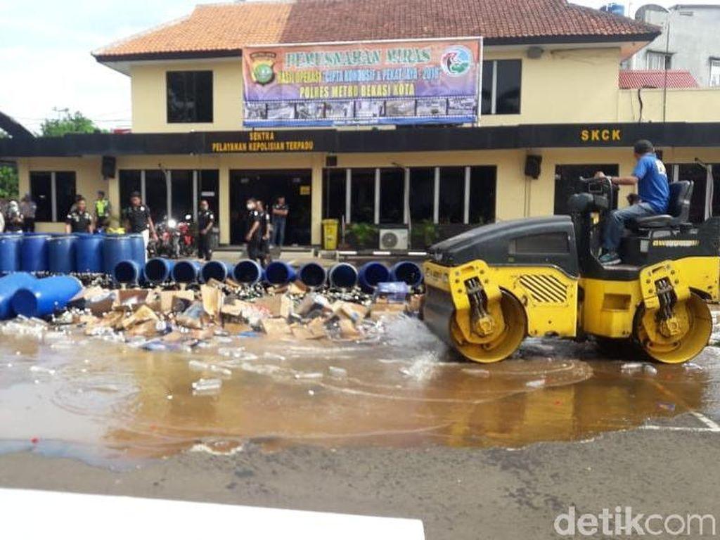 Jelang Natal, Polisi Musnahkan 5.000 Botol Miras di Bekasi