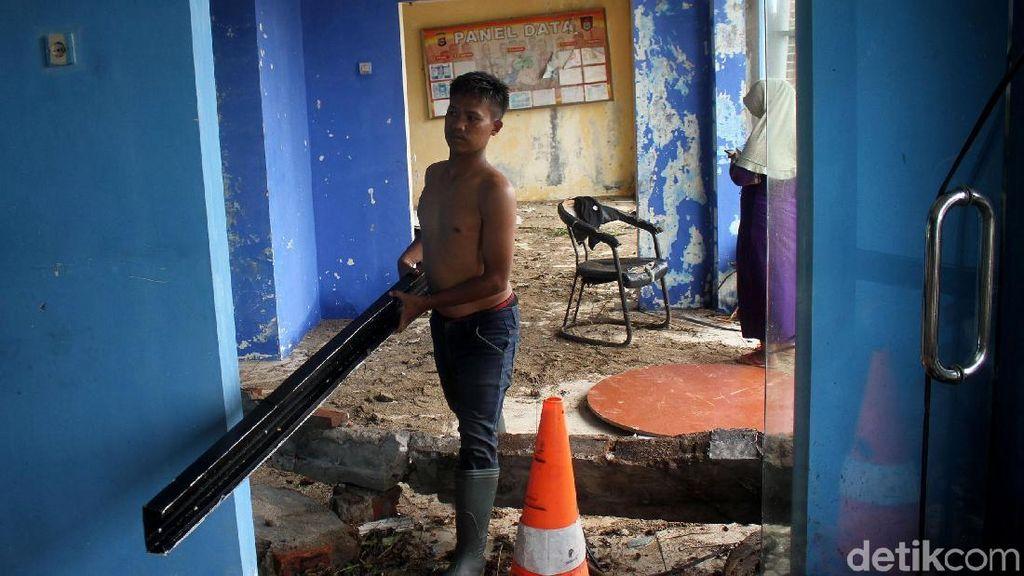 Pos PJR Carita Rusak Parah Diterjang Tsunami