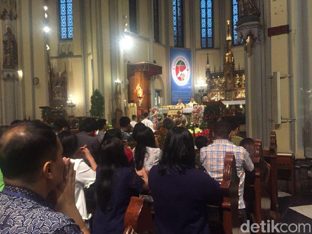 Misa Natal di Katedral Mulai, Jemaat Khidmat Beribadah