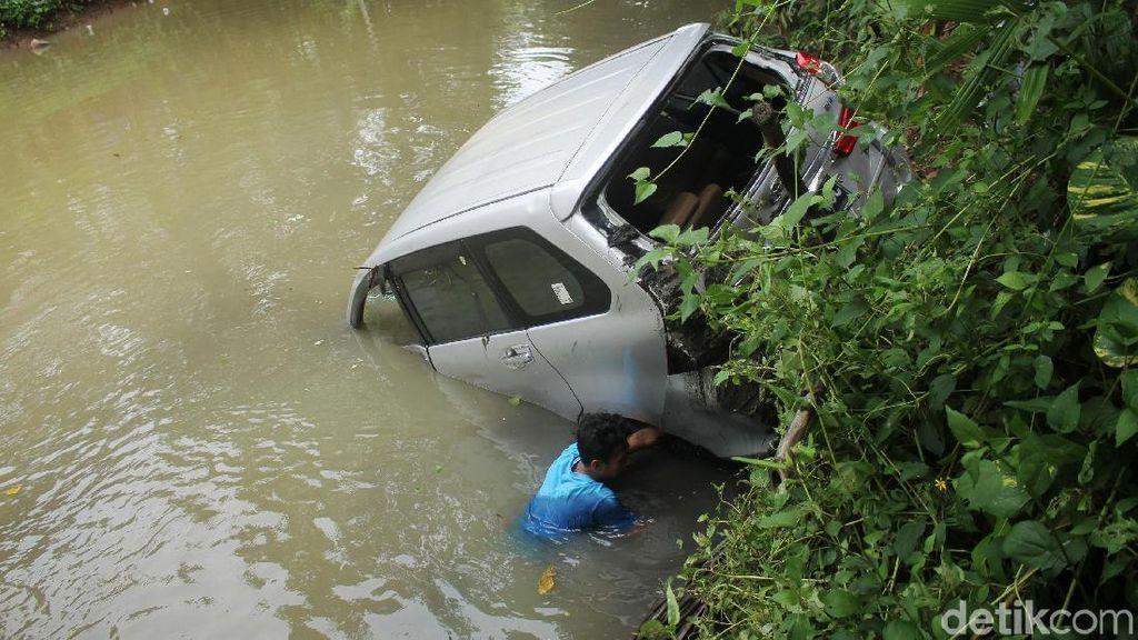 Mobil yang Terseret Tsunami Dievakuasi