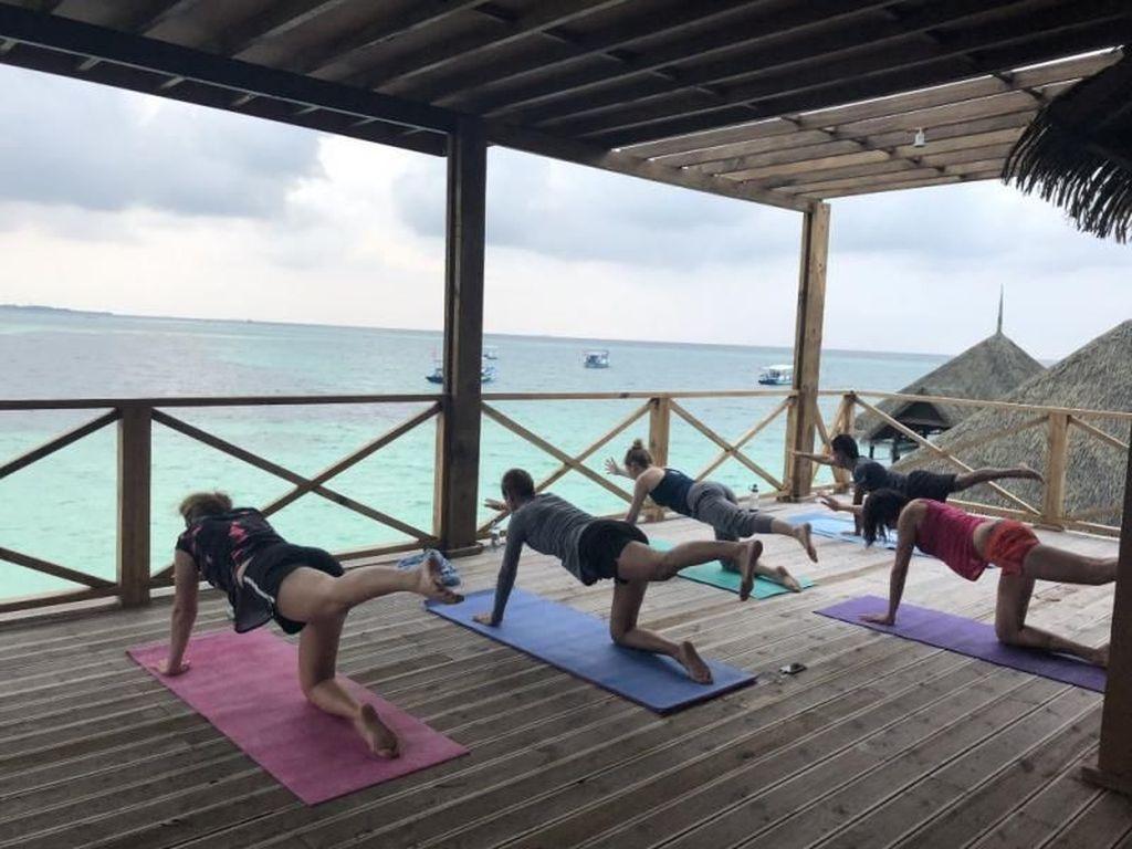 Di Maldives, Menikmati Sunset Asyiknya Sambil Yoga