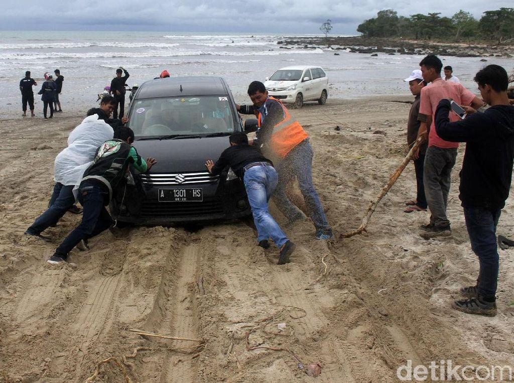 Begini Perjuangan Menuju Lokasi Tsunami Kecamatan Sumur