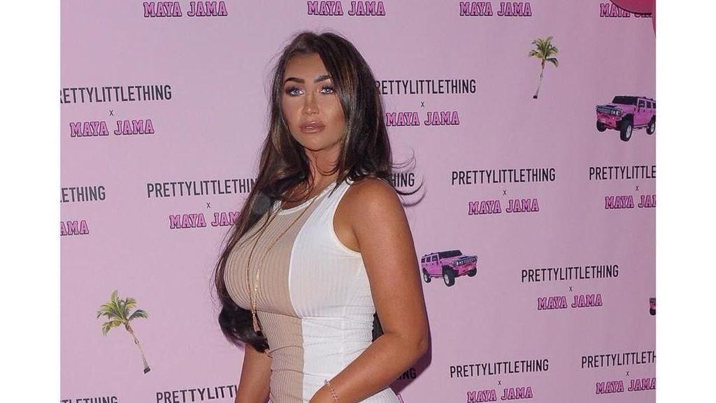 Selebriti Ini Dikritik karena Ada yang Aneh di Fotonya Saat Pakai Bikini