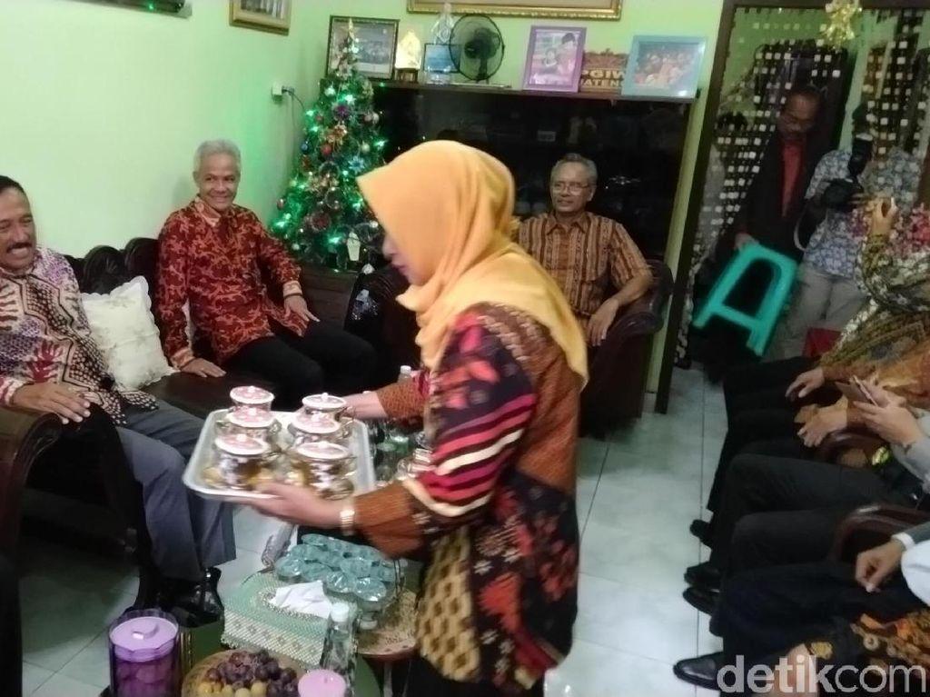Melihat Keharmonisan Warga Muslim Bantu Pendeta Rayakan Natal
