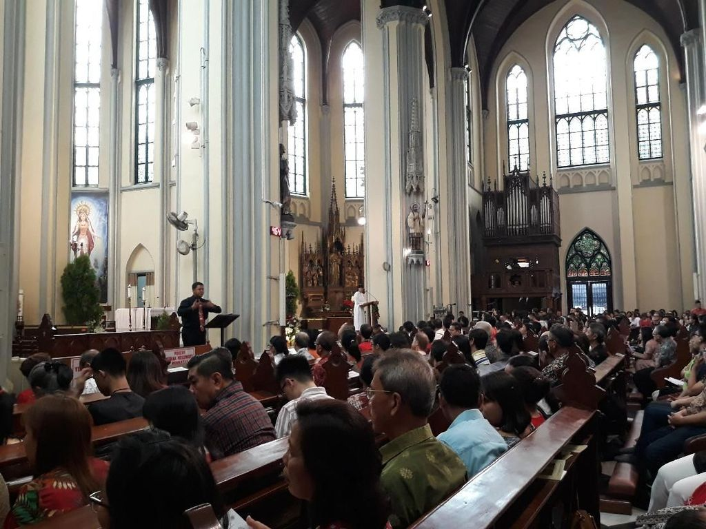Ada Penerjemah Bahasa Isyarat di Katedral saat Misa Natal Pontifikal