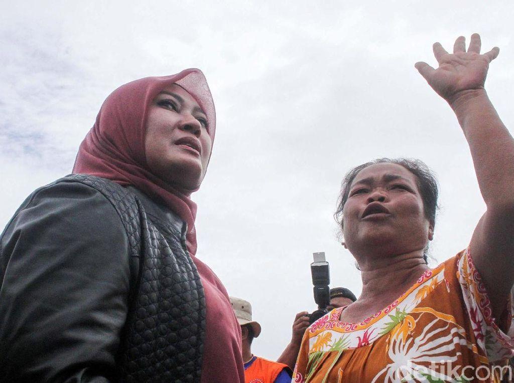 Tangisan Warga Korban Tsunami saat Curhat ke Bupati Pandeglang
