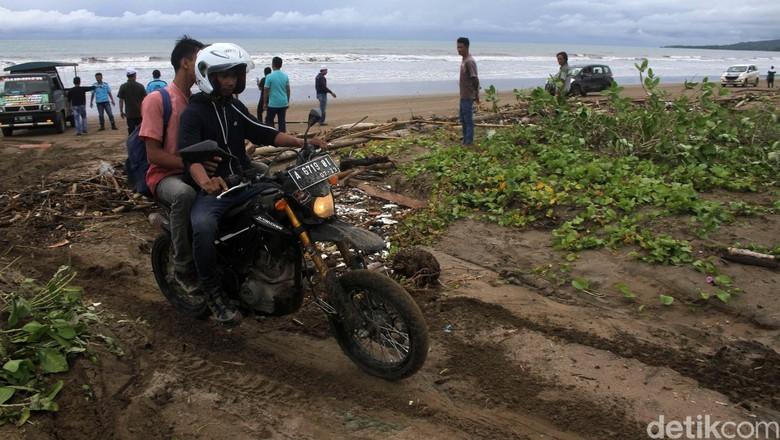 BMKG: Masih Banyak Gelombang Tinggi, Warga Sebaiknya Tak di Pantai