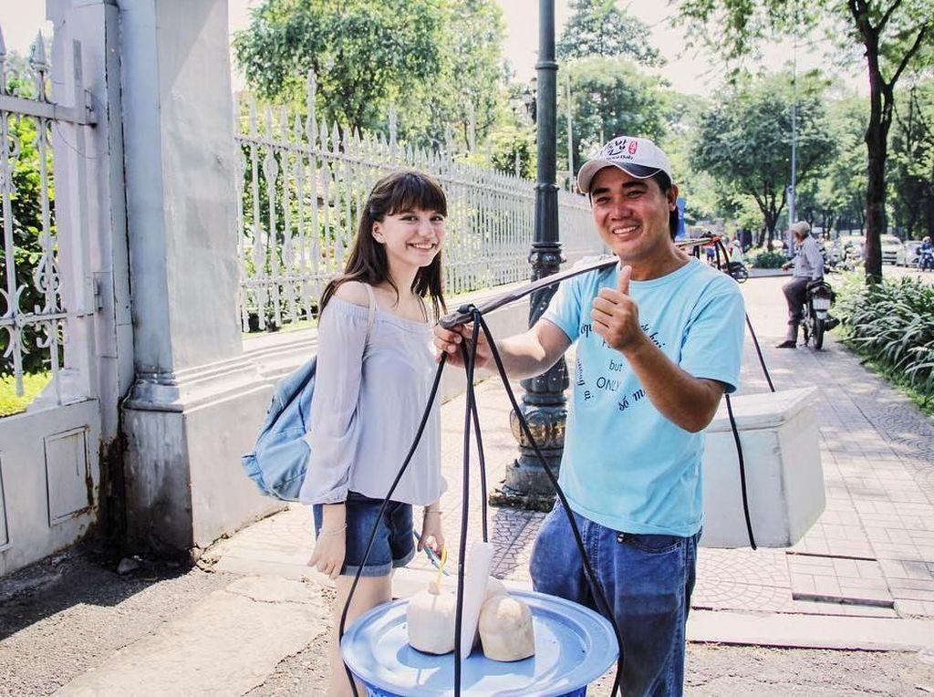 Makan Es Kelapa di Vietnam, Ini Momen Kulineran Cassandra Lee