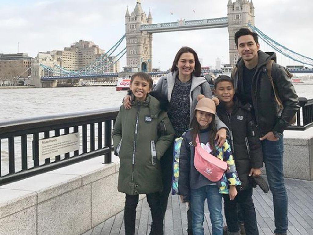 Keseruan Keluarga Darius Sinathrya Rayakan Natal di Luar Negeri