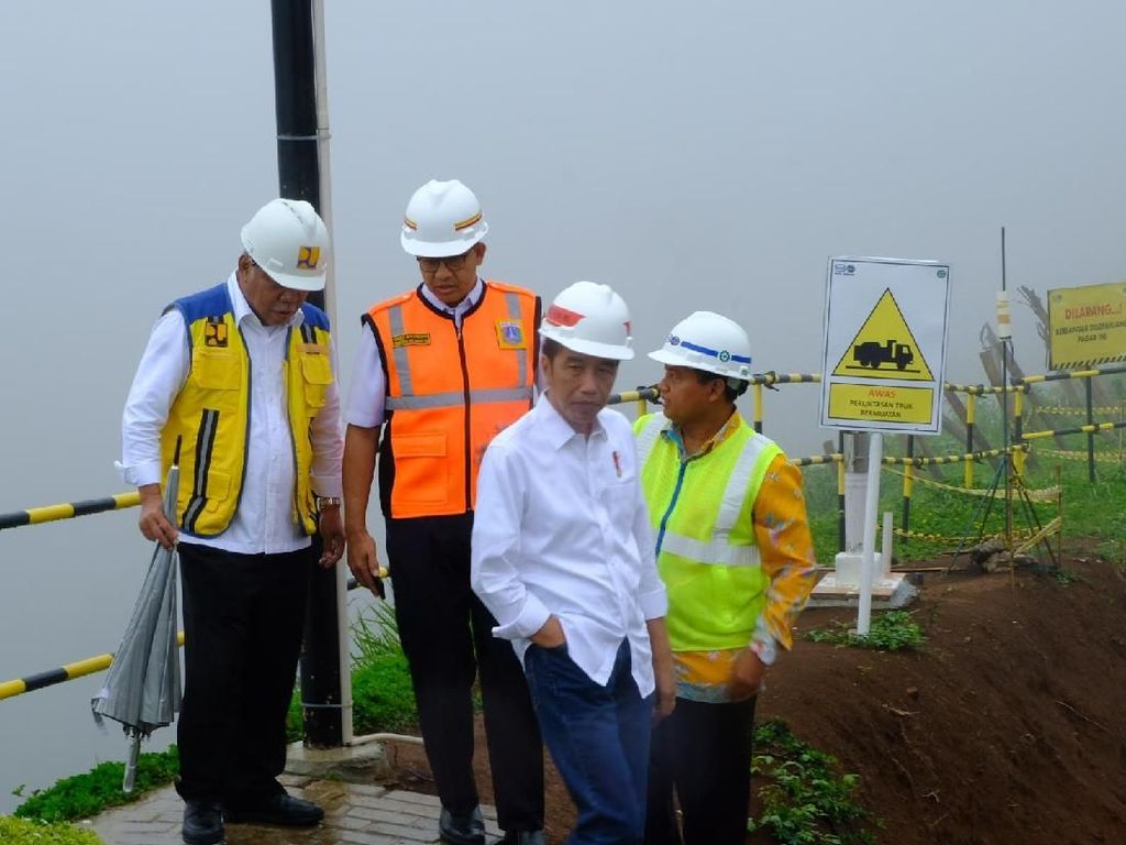 Di Samping Anies, Jokowi Soroti Lebar Sungai Ciliwung di Jakarta