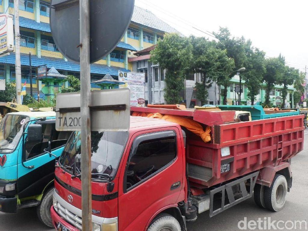 Puluhan Truk Blokir Jalan Negara di Banjarnegara, Ada Apa?