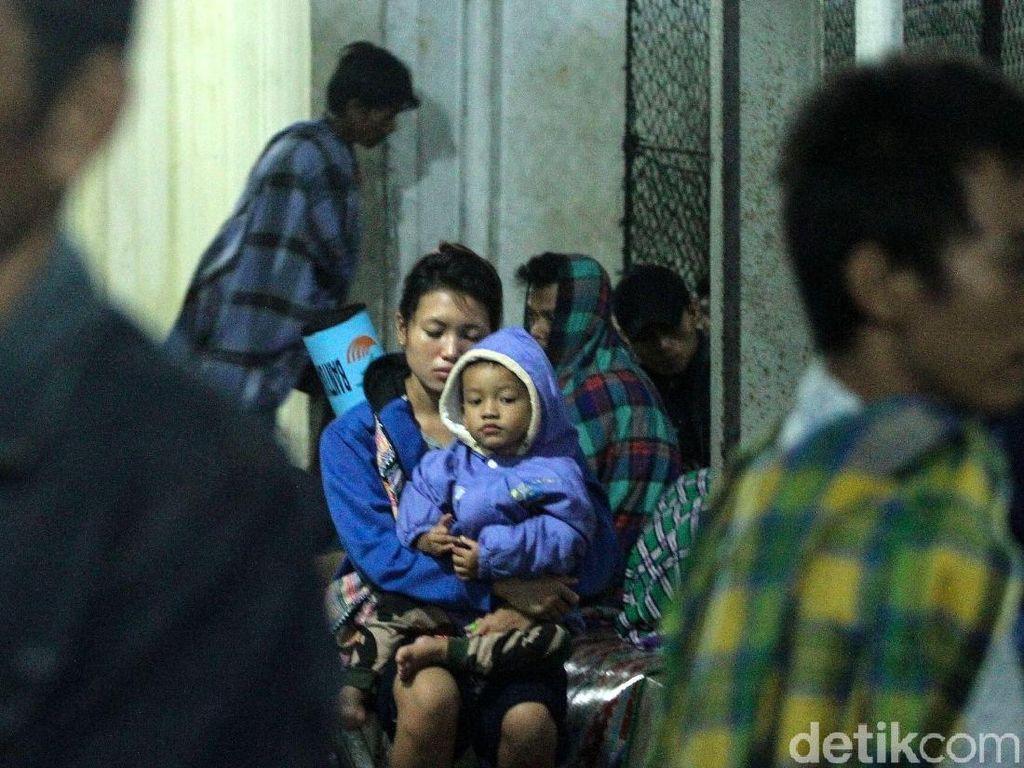 Kasihan! Hujan Deras Pengungsi Tsunami Tidak Bisa Tidur