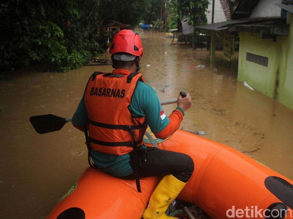Warga Terjebak Banjir Tanggul Jebol Citarum Dievakuasi ke Kecamatan-Sekolah