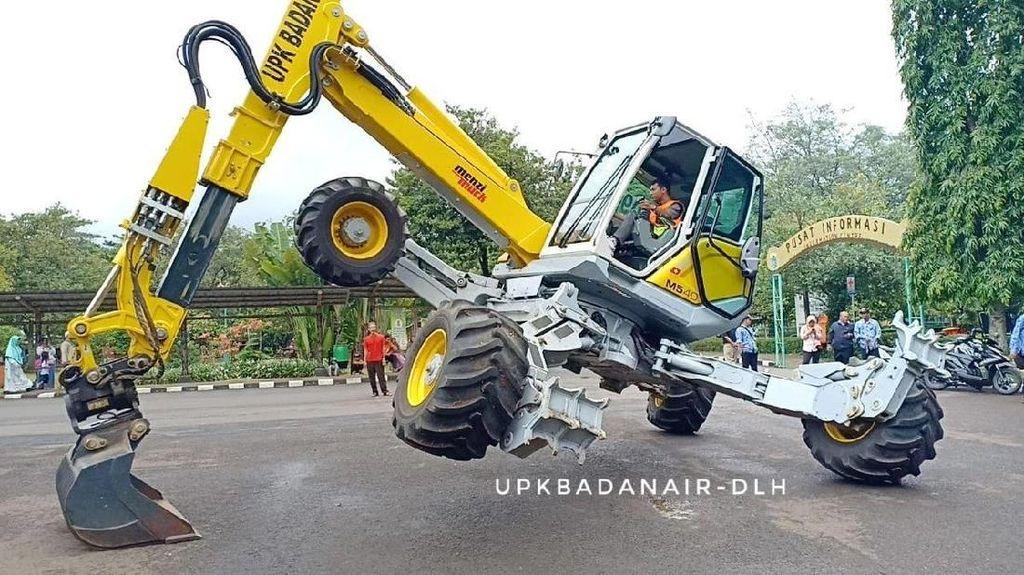Dinas Lingkungan Hidup DKI Pamer Excavator Canggih di Ragunan
