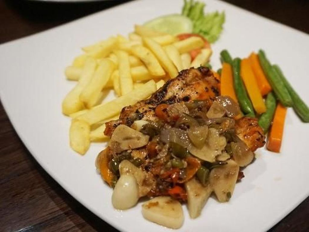 Pedas Segar Chicken Steak hingga Ikan Sambal Matah Ada di Sini