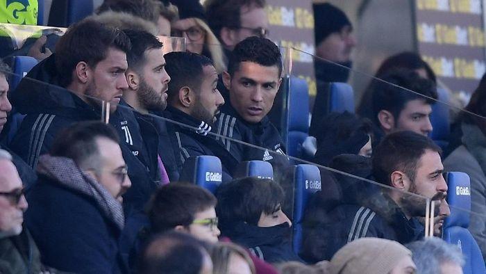 Ronaldo dicadangkan Juventus saat menghadapi Atalanta di laga Boxing Day, Rabu (26/12/2018). Sebelumnya pelatih Massimiliano Allegri mengaku akan mengistirahatkan sang bintang. Agar fit di Liga Champions bulan Maret nanti, kata Allegri. (Foto: Alberto Lingria/Reuters)